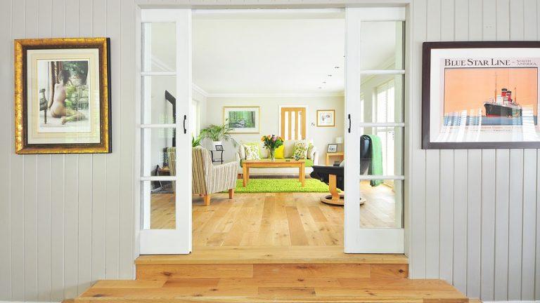 Rzeczy do domu, które ozdobią okna salonu?